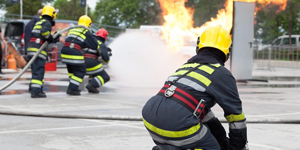 Feuerwehrleute bei einer Übung im Freien