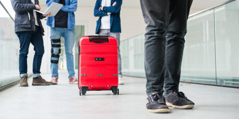 Der Koffer rollt, wie von Geisterhand geführt, seinem Besitzer hinterher. Foto: Oliver Dietze