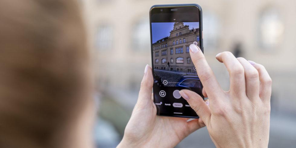 Google Smartphone Pixel 4 fotografiert ein altes Gebäude