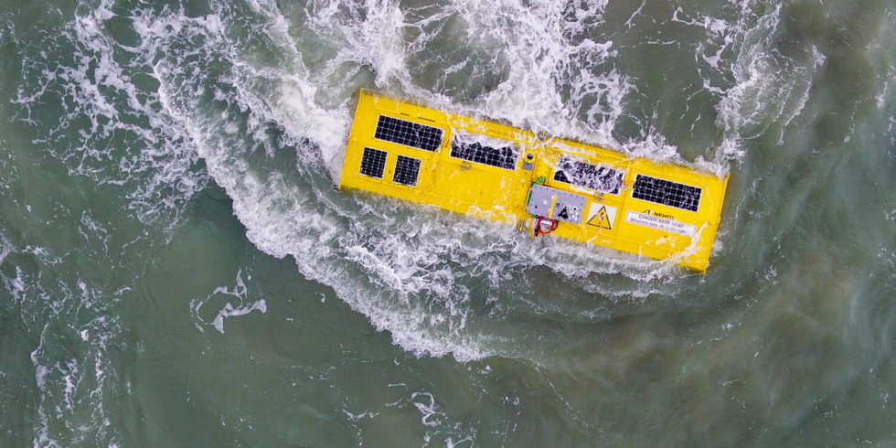 Der Prototyp des Wellenkraftwerkes aus Duisburg treibt im Meer.