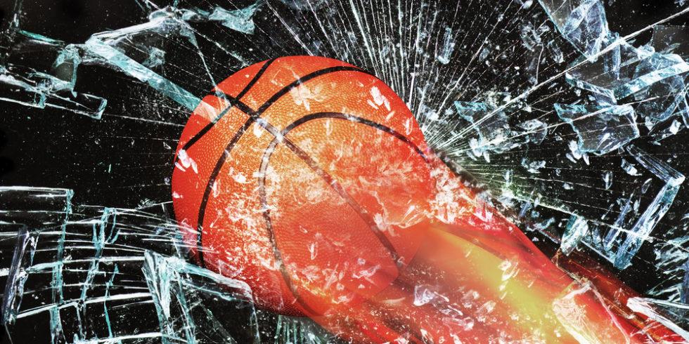 Basketball durchbricht Glasscheibe