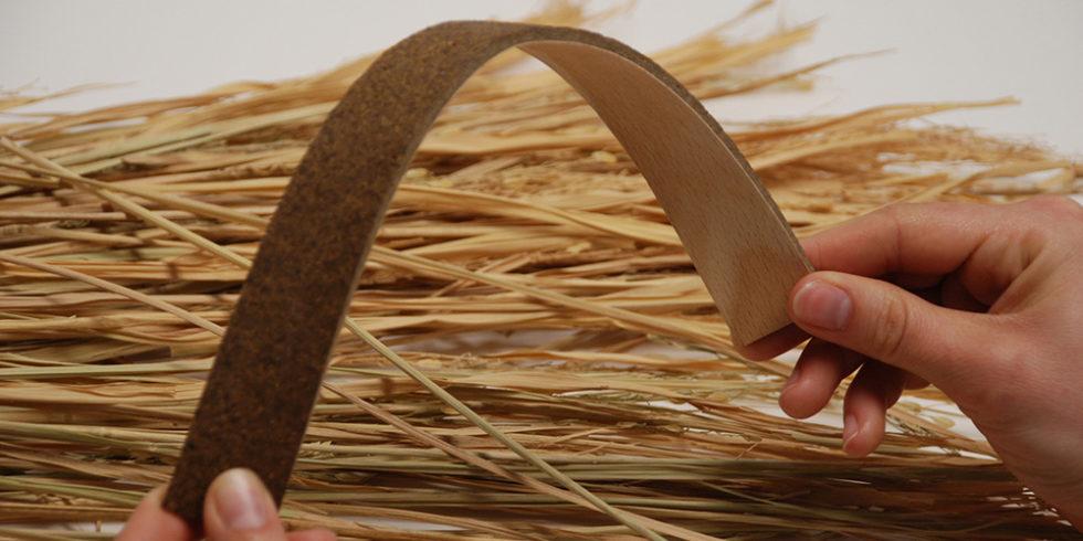 Faserplatte und Stroh