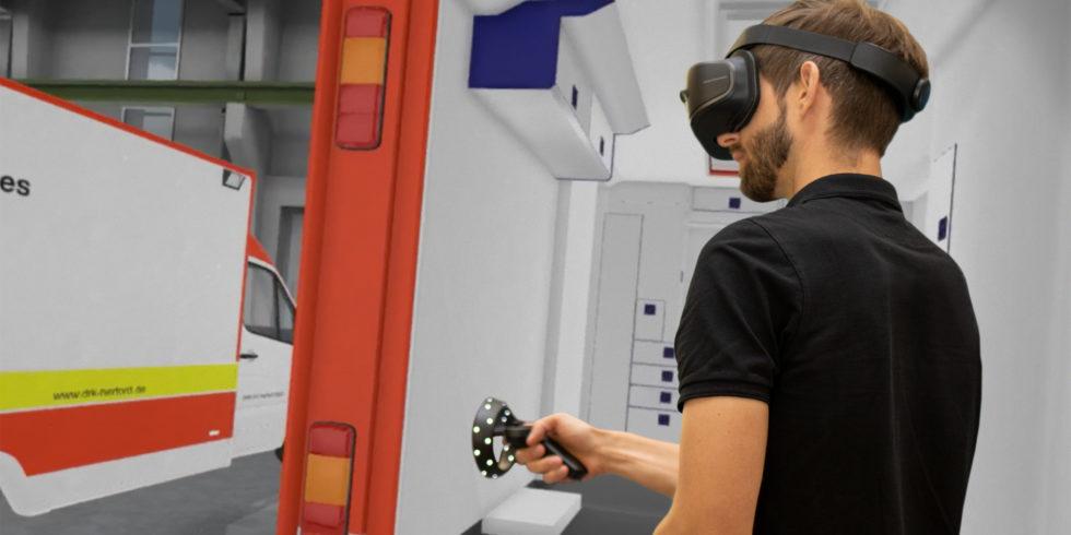 Mann mit VR-Brille im simulierten rettungswagen
