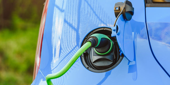 Laden eines blauen E-Autos