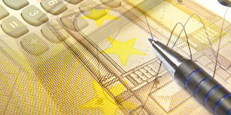 Grafik, Stift, Geld und Tastatur, Collage über Analyse.