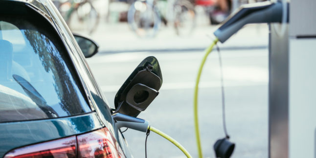 Elektroauto lädt an Ladesäule