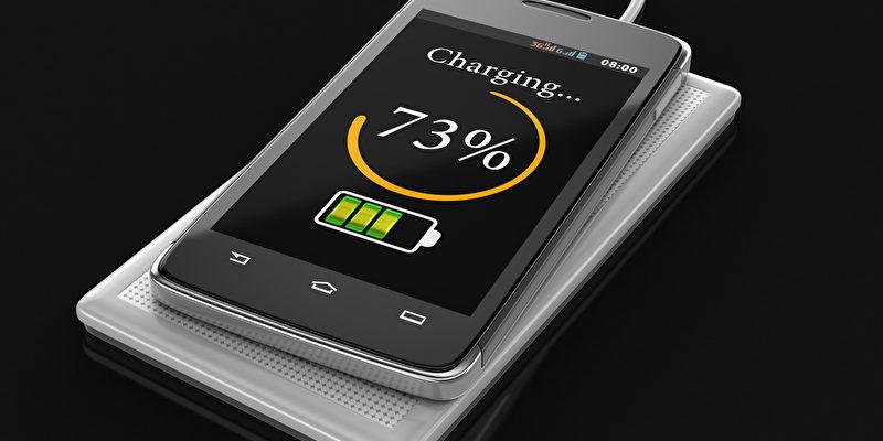 Kabelloses Aufladen des Smartphones