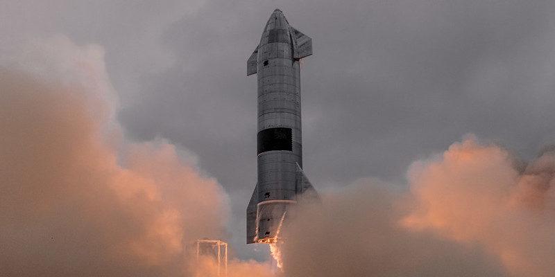 Starship hebt ab umgeben von Wolken