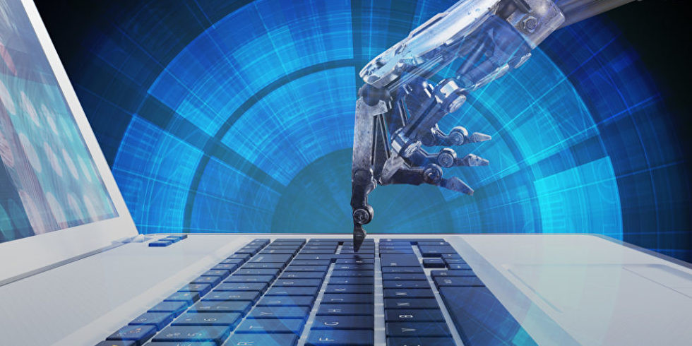 Roboterhand auf Tastatur