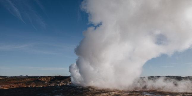 Landschaft mit Dampf aus geothermischen heißen Quellen