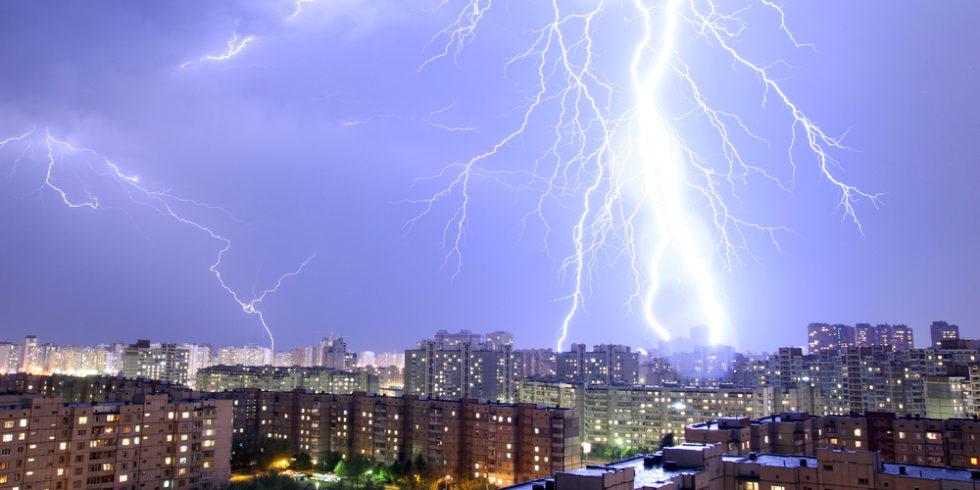 Blitzeinschlag über einer Stadt
