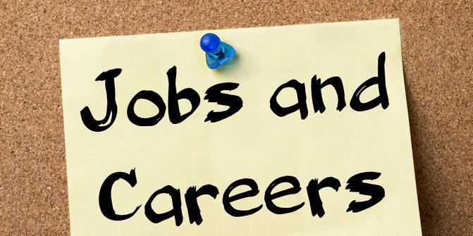 """Post-it mit der Aufschrift """"Jobs and Careers"""" an Kork-Pinnwand"""