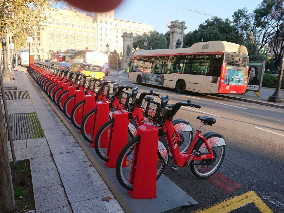 rote E-Bikes vor der Messe in Barcelona.