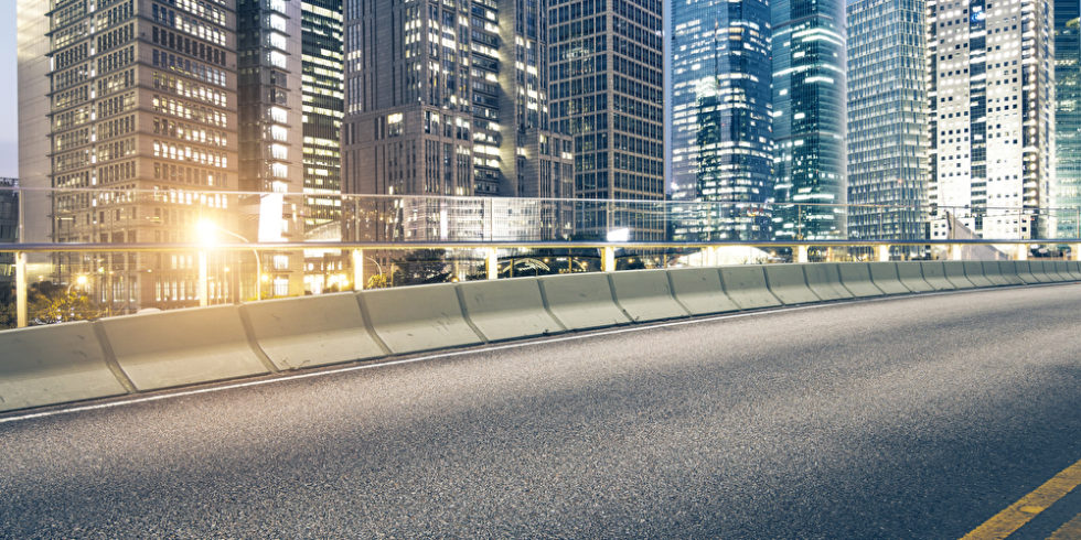 Straße mit Bürogebäuden
