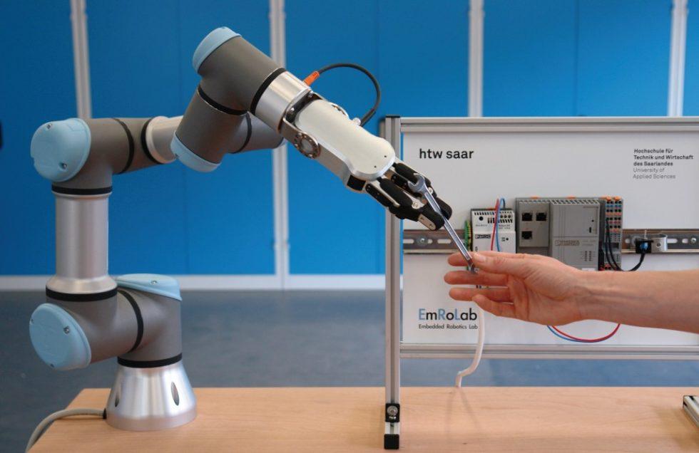 """Bild 1. Bei der """"Kollaboration"""" arbeiten Mensch und Roboter direkt zusammen – in der Industrie wird dies bisher noch ‧selten umgesetzt. Bild: htw saar"""