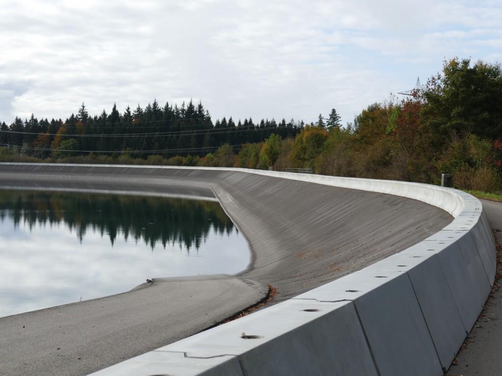 Bild 4 Installierte Wellenumlenker am Eggbergbecken (Kraftwerk Säckingen) im Rahmen der Erweiterung des Fassungsvermögens. Bild: Schluchseewerk