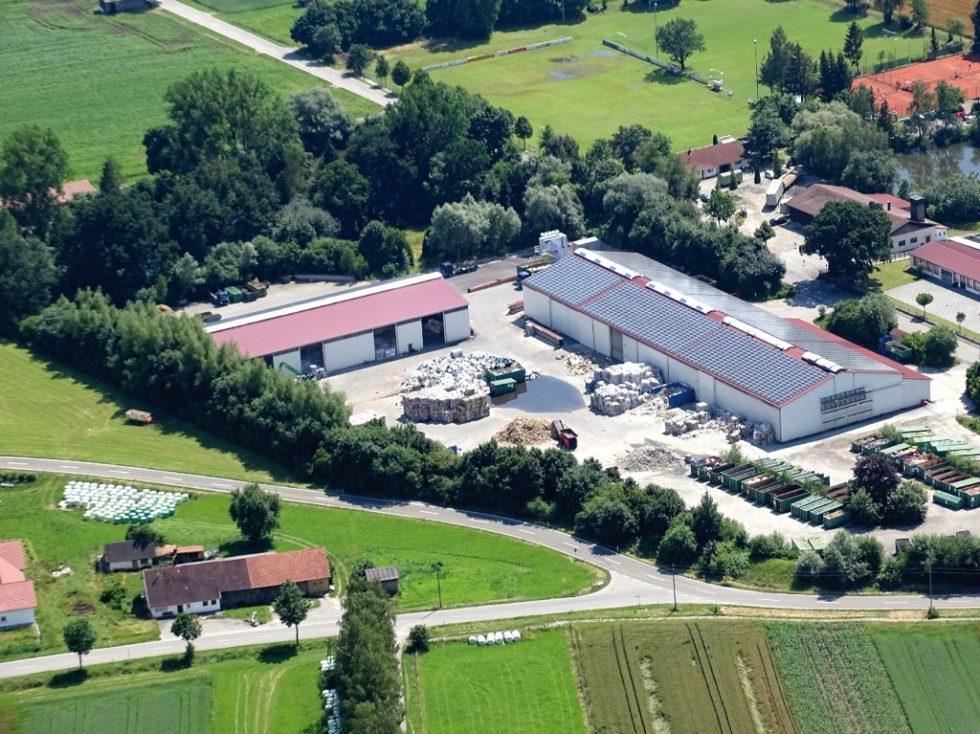 Luftaufnahme eines Unternehmens mit Photovoltaikanlage. Bild: LEW/Sebastian Aschenbrenner