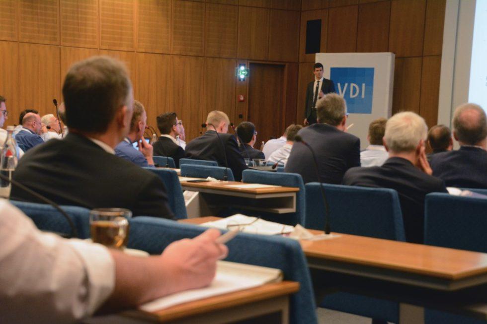Während der diesjährigen Flurförderzeugtagung in Baden-Baden diskutierten die Teilnehmer unter anderem über den Innovationsfaktor von Energiespeicher. Bild: Rolf Müller-Wondorf