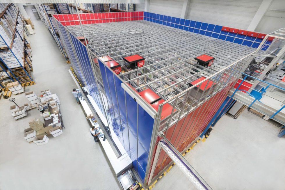 Das neue AutoStore-System des Geschenkbandherstellers C.E. Pattberg nimmt lediglich 170m² in Anspruch. Auf 16 Ebenen sind insgesamt 7800 Kisten gestapelt. Hier finden jetzt die bis zu 4500 verschiedenen Geschenk- und Dekorationsbänder Platz, die in unterschiedlichen Mengen gelagert werden. Bild: Dematic