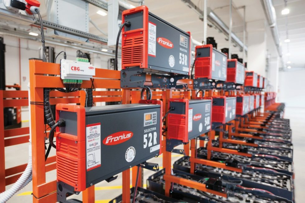 Den internen Warentransport im Logistikzentrum der Supermarktkette Alì im norditalienischen Padua übernimmt eine Flotte von 350 elektrisch betriebenen Flurförderzeugen – und deren Energieversorgung die Batterieladetechnik von Fronius. Bild: Fronius