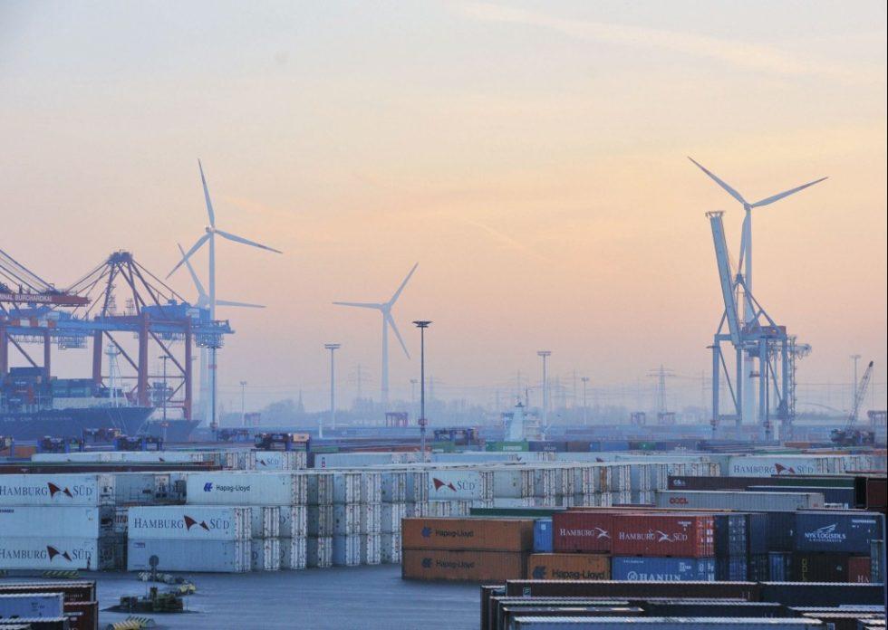 Hamburg benötigt als Hafenstadt mit Schwerindustrie viel Strom. Das Küstenland Schleswig-Holstein produziert Strom im Überschuss. Das Verbundprojekt NEW 4.0 verbindet Stadt und Land zu einer Energieregion. Bild: www.mediaserver.hamburg.de/Christian Spahrbier