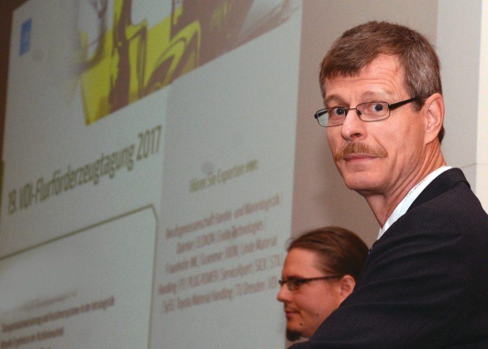 """Tagungsleiter Heiner Sternstein: """"Nur gute Flurförderzeuge zu bauen, reicht heute nicht mehr aus. Die Kunden erwarten komplette Intralogistiksysteme, die möglichst effektiv und preiswert arbeiten."""" Bild: Rolf Müller-Wondorf"""