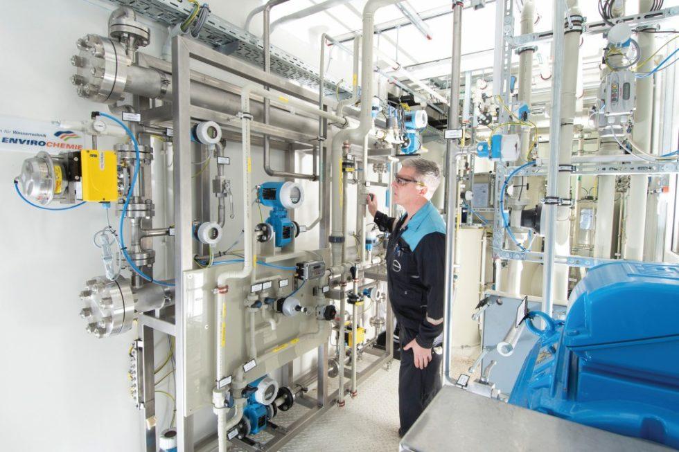 Diese Hochdruckumkehrosmose-Versuchsanlage nutzt Covestro, um die Kochsalz-Konzentration zu erhöhen. Der Projektpartner EnviroChemie hat sie zur Verfügung gestellt. Bild: Covestro