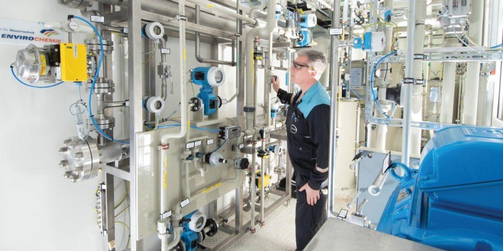 Diese Hochdruckumkehrosmose-Versuchsanlage nutzt Covestro, um die Kochsalz-Konzentration zu erhöhen.
