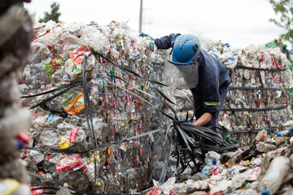In Ballen gepresster Plastikmüll in Argentinien. Bild: UN Environment