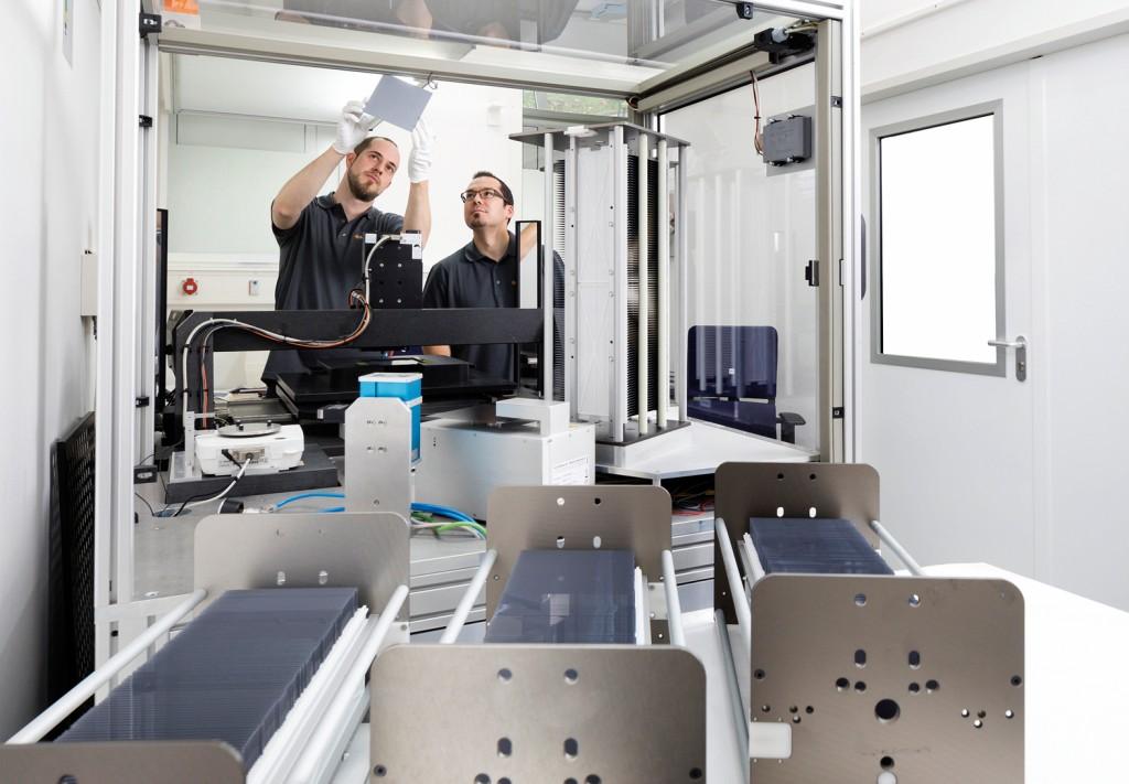 Zwei Mitarbeiter vermessen einen frisch hergestellten Dünnschichtwafer. Bild: Nexwafe GmbH