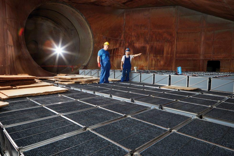 Fachleute bauen Gore-Module im Braunkohle-Heizkraftwerk Chemnitz ein. Bild: Gore