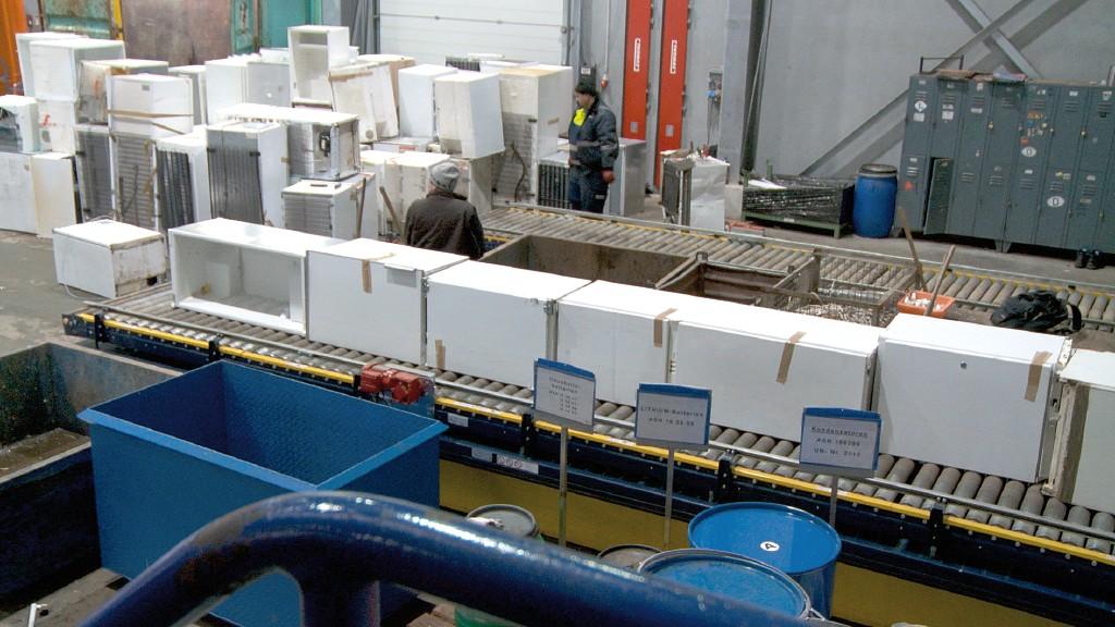 Die Kühlgeräte mitsamt Kältemittel, Kältemaschinenöl und Kompressor werden der Anlage zugeführt. Bild: Urt Umwelt- und Recyclingtechnik GmbH