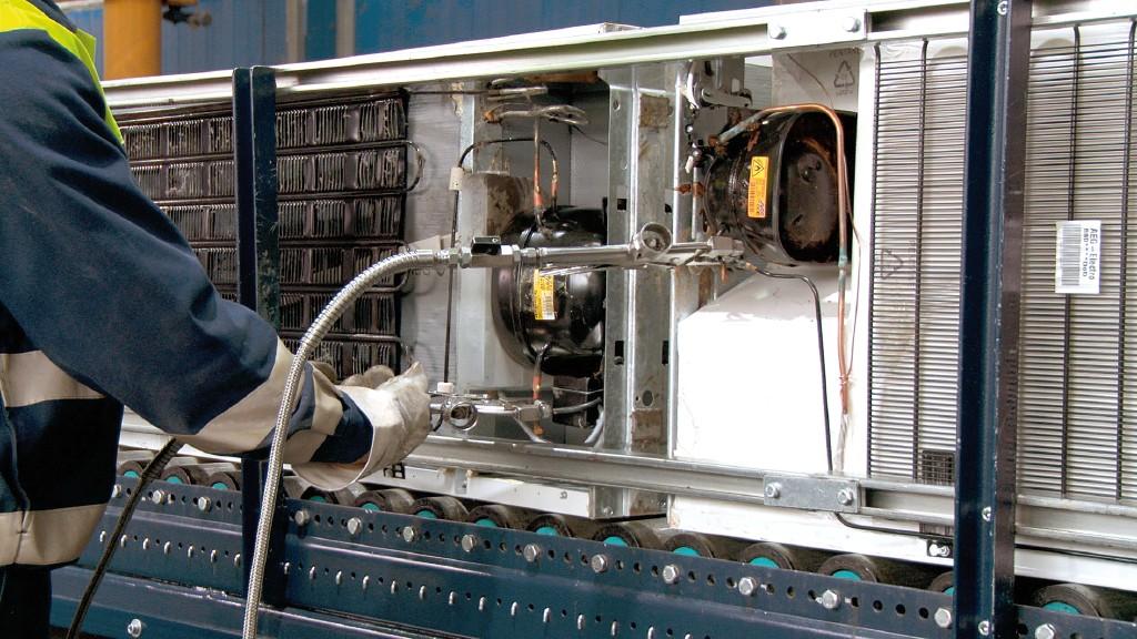 Das Kältemittel und Kältemaschinenöl wird aus einem Altkühlgerät abgesaugt.Bild: Urt Umwelt- und Recyclingtechnik GmbH