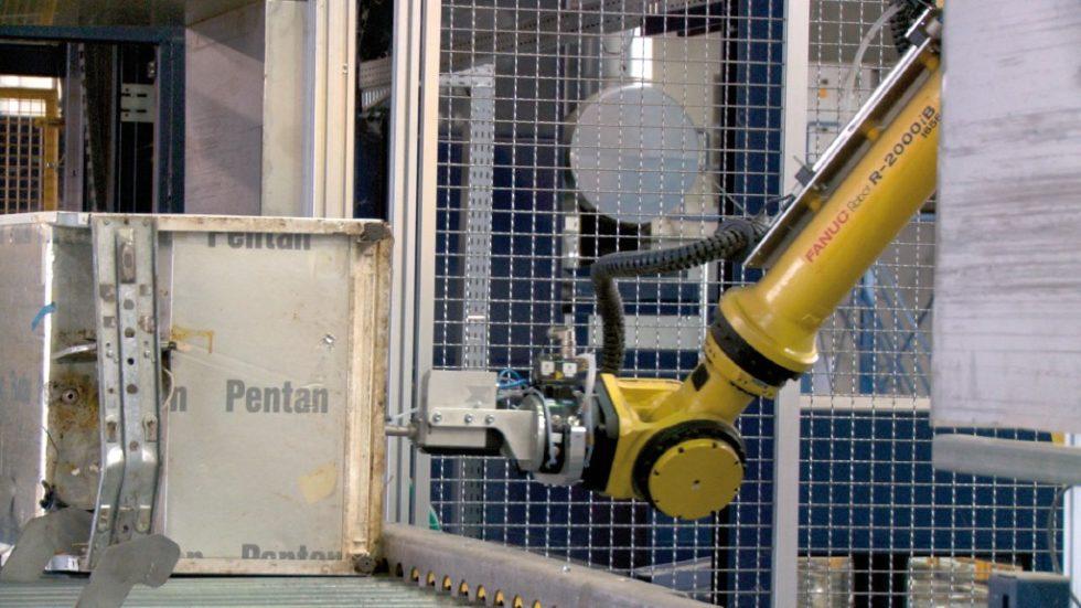 Der Messroboter schlägt einen Bolzen in den Korpus des Kühlgerätes, um das Treibmittel detektieren zu können. Bild: URT Umwelt- und Recyclingtechnik GmbH