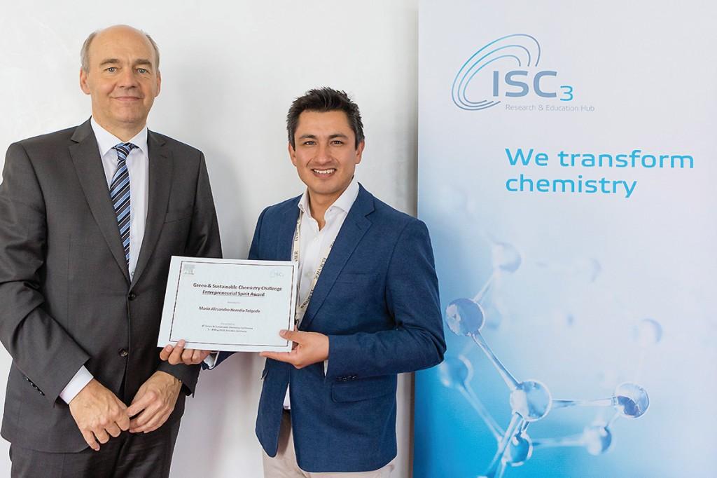 """ISC3-Präsident Friedrich Barth hat im Mai dem Ingenieur Mario Heredia Salgado aus Ecuador und Gründer des Unternehmen """"Andes Bioenergy"""" den Preis für """"Entrepreneurial Spirit in Green & Sustainable Chemistry"""" überreicht.Bild: ISC3"""