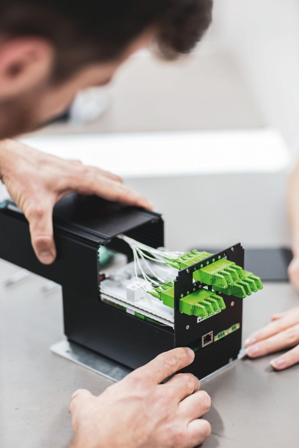 Der Aufbau eines optoelektronischen Messgeräts:Sichtbar sind die Glasfaserkabel im Inneren des Messgerätes. Bild: fos4X