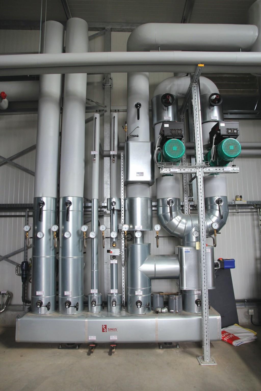 In der Energiezentrale steht der Wärmeverteiler nebst Anschluss der hydraulischen Kreise: Pufferspeicher, Wärmeversorgung der Nebenräume sowie Nahwärmenetz mit entsprechenden Umwälzpumpen. Bild: Bioenergiegenossenschaft Mengsberg