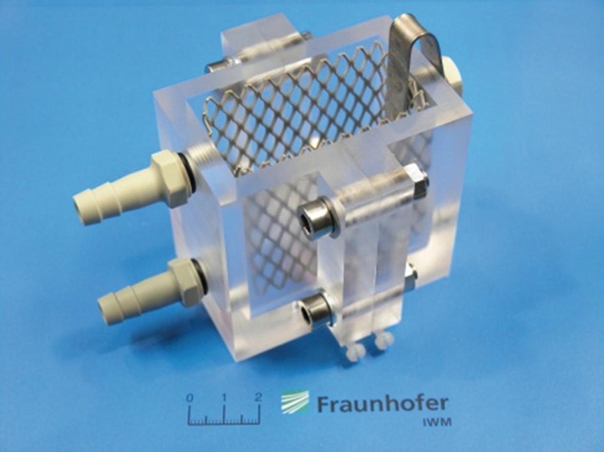 Bild 3 Beladezelle für Zugversuche mit elektrochemischer in situ Beladung der Probe mit Wasserstoff. Bild: Fraunhofer IWM