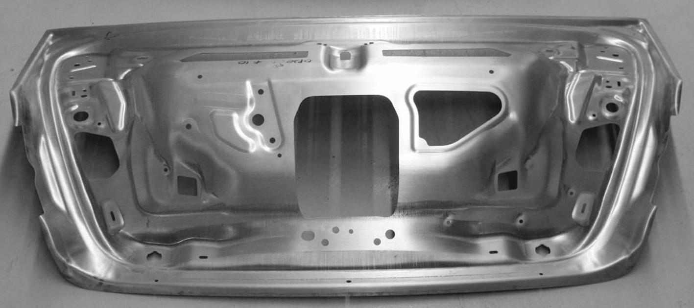 Bild 5: Umgeformtes Mg-Innenblech der Passat B8 Heckklappe. Durch Legierungsentwicklung konnte die Umformtemperatur auf 160 °C reduziert werden. Bild: Volkswagen AG