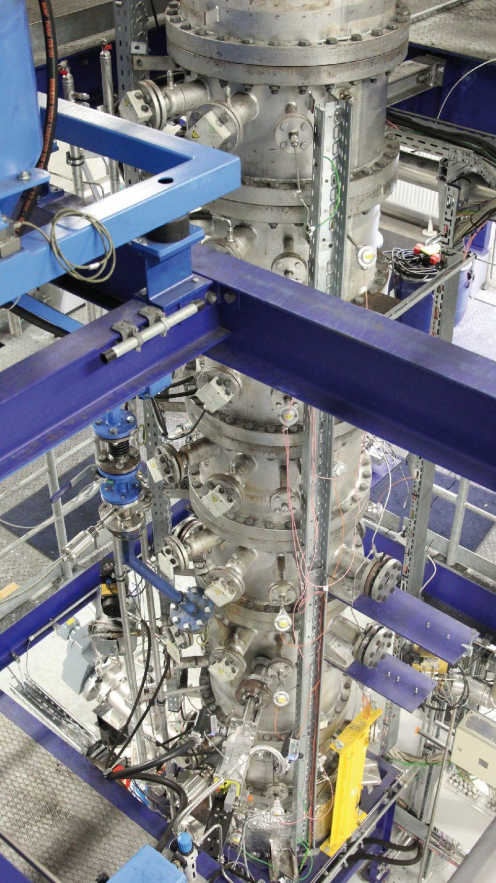 Der Stahlbehälter des Coorved-Vergasers für die Wirbelschichtvergasung ist etwa acht Meter hoch. Er ist für Kunststoffabfälle, getrockneten Klärschlamm oder aschereiche Kohlen besondere geeignet. Bild: IEC