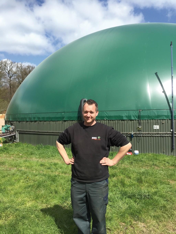 Christoph Heitmann, Geschäftsführer von Benas, steht vor einem der sieben Biogas-Fermenter. Bild: GNS