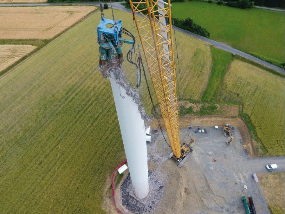 Abbruch eines Ortbetonturms einer Windenergieanlage in Haarbrück mit Abbruchseilbagger und 14 Tonnen schweren Abbruchschere. Bild: Hagedorn