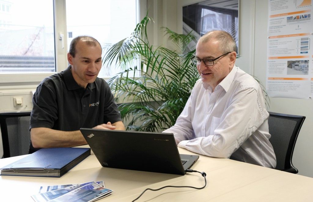 Geschäftsführer Stefan Reber (li) und kaufmännischer Direktor Frank Siebke (re) arbeiten am Computer.Bild: NexWafe GmbH