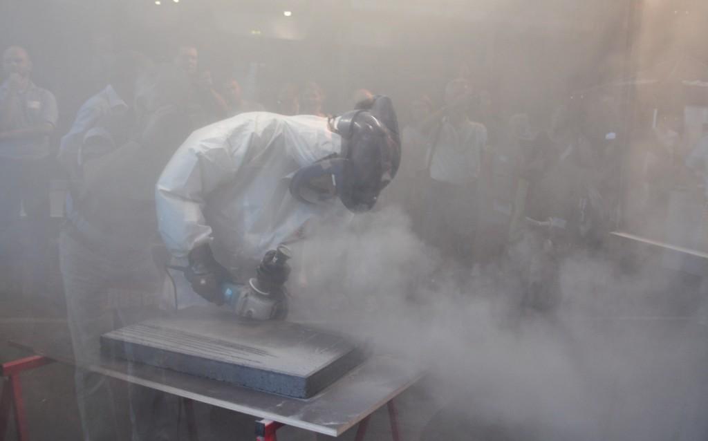 … wird aber ohne Staubabsauger gearbeitet, sind Atemmaske und Schutzbrille vorgeschrieben. Bild: BG Bau