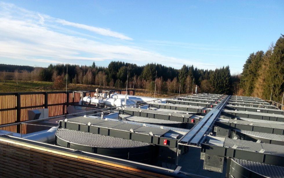 Die Erdwärme Grünwald GmbH setzt auf heimische Geothermie. Die Quelle sprudelt in Laufzorn in Bayern. Das Geothermie-Projekt ist wärmegeführt. Doch weil die Bohrung ein so hervorragendes Ergebnis erzielt hat, wird in einem Organic-Rankine-Cycle (ORC)-Kraftwerk (im Bild) seit Ende 2014 auch Strom erzeugt. Bild: Erdwärme Grünwald