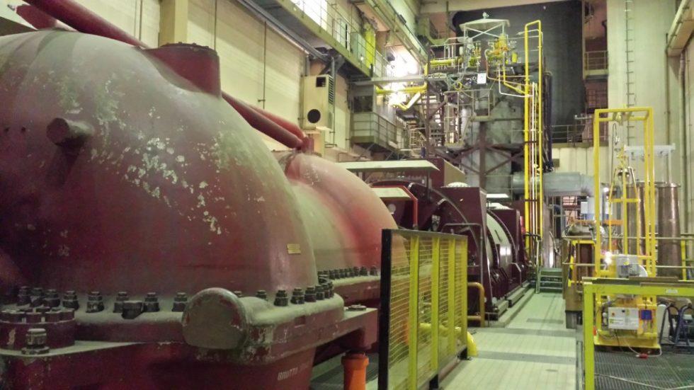 Druckluftspeicherkraftwerk Huntorf. Blick vom ‧Niederdruckverdichter über den Generator zu den Brennkammern. Bild: Uniper