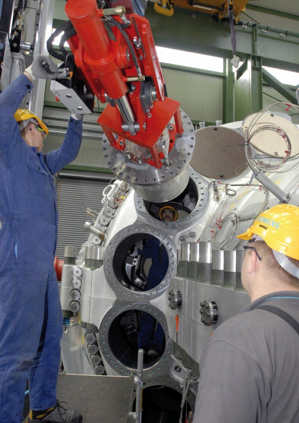 Im neuen ‧Testzentrum für Gasturbinen-Brenner in ‧Ludwigsfelde bei Berlin untersucht Siemens künftig Verbrennungs‧vorgänge in ‧Gasturbinen. Ziel ist es, die ‧Effizienz der Gasturbinen weiter zu erhöhen und ihre Flexibilität im Hinblick auf unterschiedliche flüssige und ‧gasförmige Brennstoffe zu optimieren. Bild: Siemens
