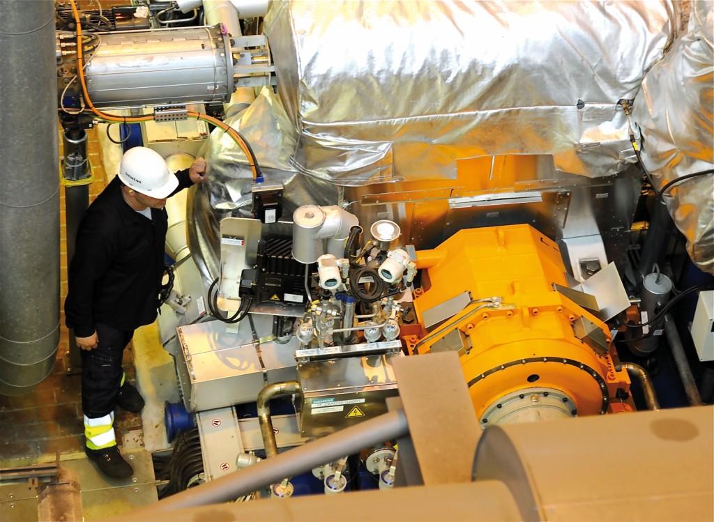 Ohne aufwendige Schmierung: die Industriedampfturbine SST-600 mit Magnetlager. Auf dem orangefarbenen Gehäuse sind die Verblechungen der Kühlluft-Auslässe zu erkennen. Bild: www.witzsch.com