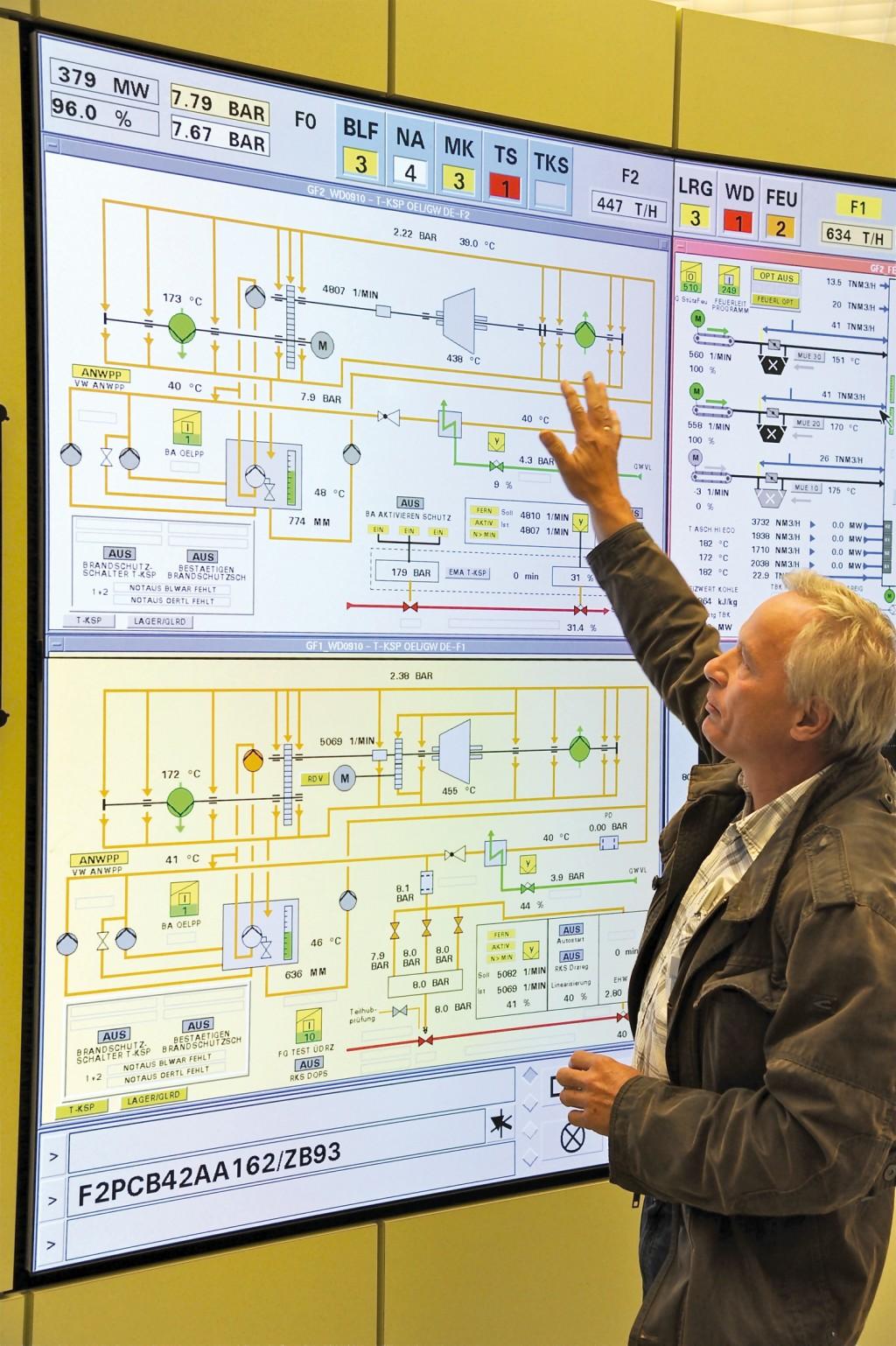 Klaus Enders, Techniker Maschinentechnik und Rohrleitungen bei Vattenfall, in der Leitwarte. In der Anzeige sind die konventionelle Turbine (F1, unten) und die magnetgelagerte (F2) anhand der fehlenden Ölkreisläufe gut zu unterscheiden. Bild: www.witzsch.com