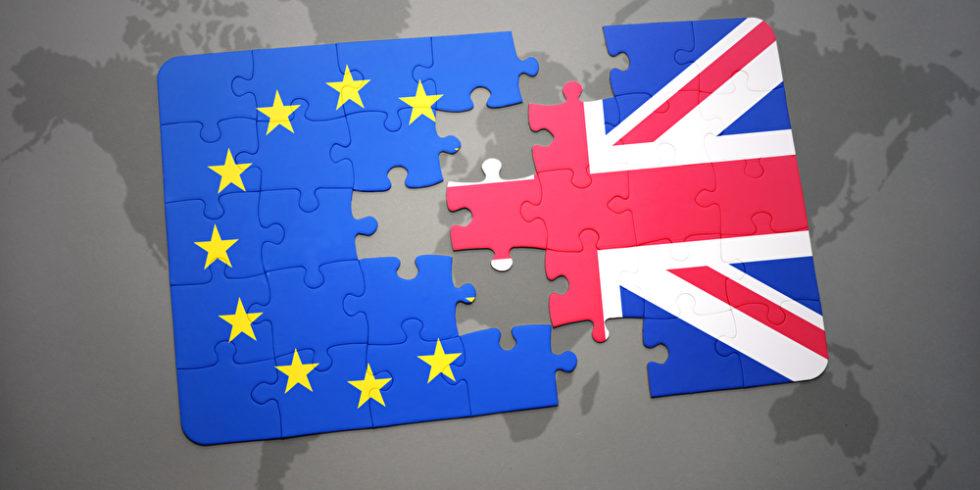 Puzzle, das zur Hälfte aus der Flagge der EU und zur anderen aus der britischen Flagge besteht